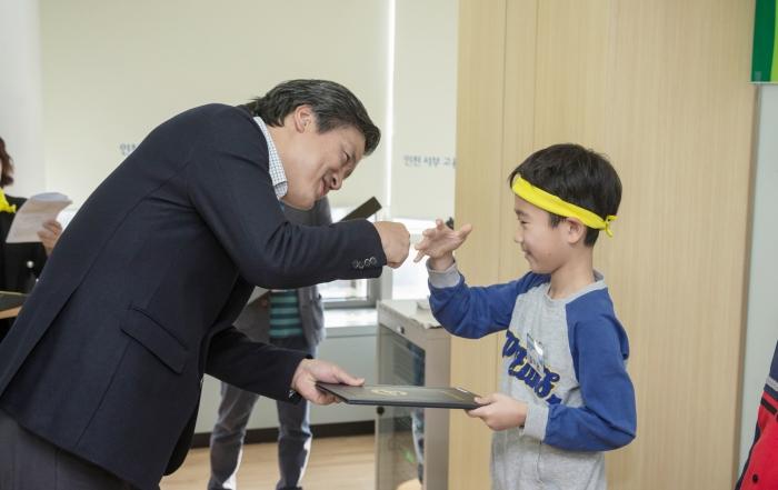 강범석 인천 서구청장과 어린이 참여위원 ⓒ인천 서구
